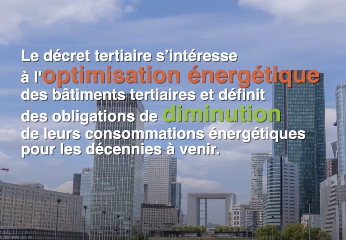 Parvis de la Défense à paris avec un texte sur le décret tertiaire